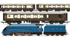 "Hornby R3402 ""The Queen of Scots"" Train Pack - SPECIAL OFFER"
